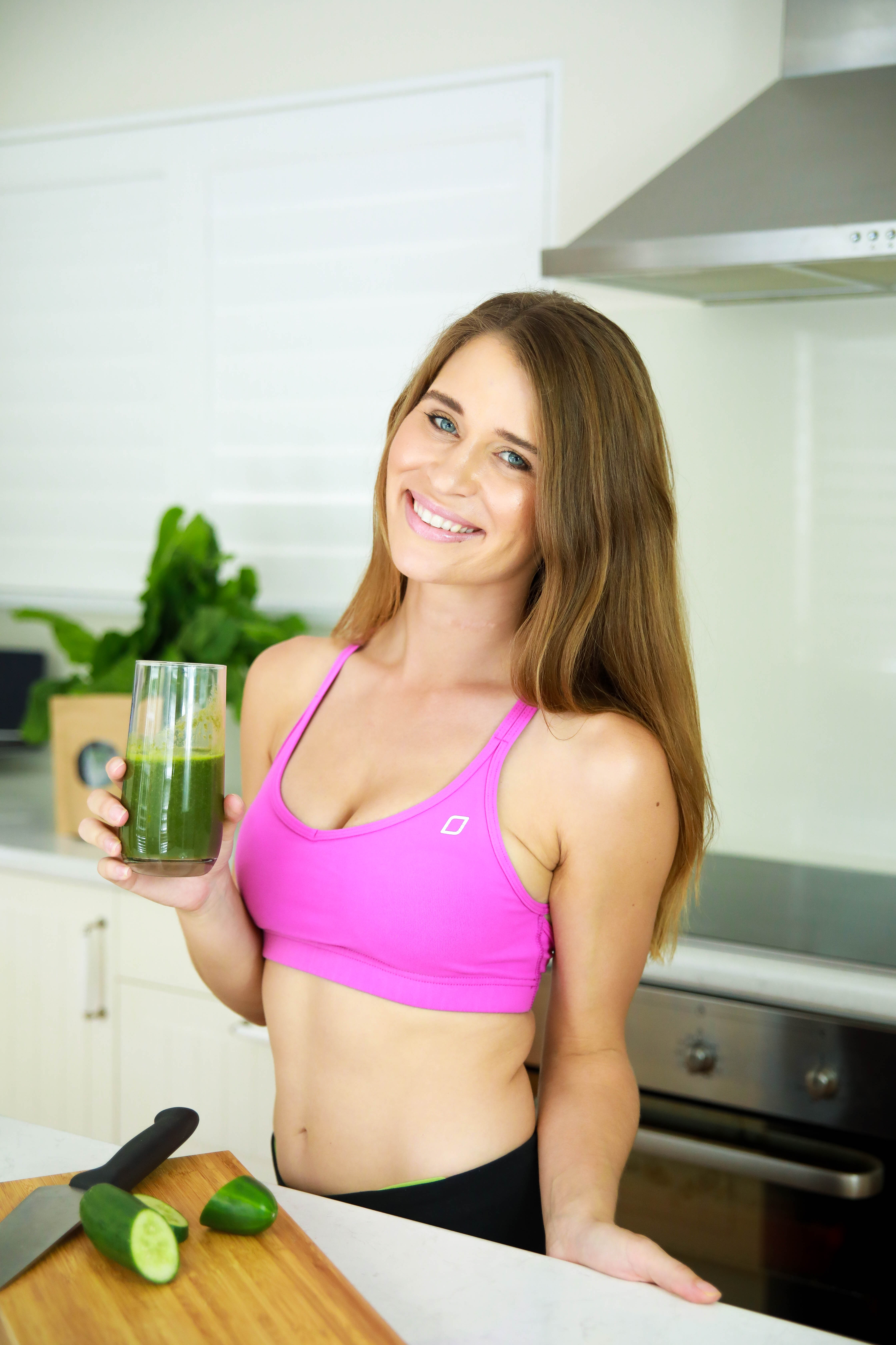 amy rose hancock drinking green smoothie